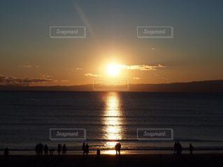 ビーチに沈む夕日の写真・画像素材[2868102]