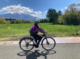 eバイクでサイクリングの写真・画像素材[4399009]
