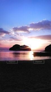 自然,風景,海,空,屋外,湖,太陽,ビーチ,雲,青,黒,夕暮れ,水面,海岸,山,光,眩しい,文字スペース,コピースペース,クラウド,インスタ映え