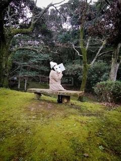 公園のベンチに座っている人の写真・画像素材[2895775]