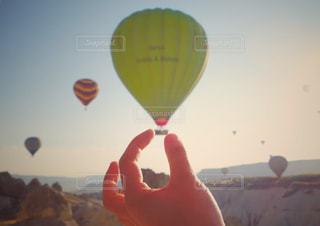 気球をつまむの写真・画像素材[1869724]