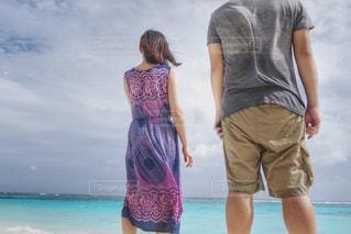 女性,男性,2人,海,空,夏,カップル,海外,青,後ろ姿,人物,背中,人,後姿,旅行,旅,二人,男女,ニューカレドニア,海外旅行,オセアニア
