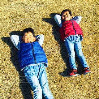 芝生に寝転ぶって最高!の写真・画像素材[2911447]
