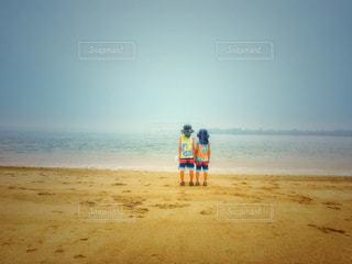 浜辺に立つ少年たちの写真・画像素材[3293730]