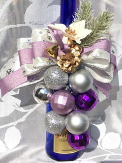 テーブルの上に紫色の花で満たされた花瓶の写真・画像素材[2842128]