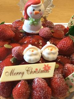 テーブルの上にフルーツを入れたケーキの写真・画像素材[2845563]
