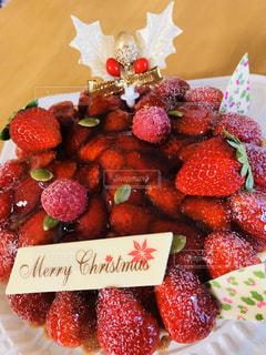 テーブルの上にフルーツを入れたケーキの写真・画像素材[2845558]