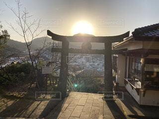 屋外,朝日,神社,鳥居,山,影,光,樹木,正月,お正月,初詣,日の出,快晴,新年,初日の出