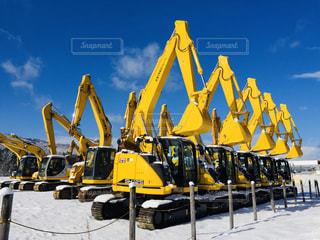 雪景色にたたずむ大きな黄色い機械の写真・画像素材[2840360]