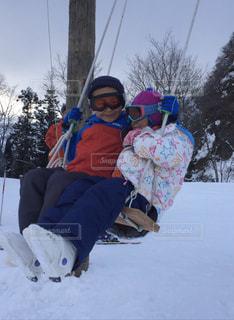 子ども,2人,アウトドア,空,スポーツ,雪,屋外,ブランコ,人物,スキー,ゲレンデ,レジャー,スノーボード,幼なじみ