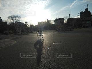 夕陽を受けて走る自転車の写真・画像素材[2906399]