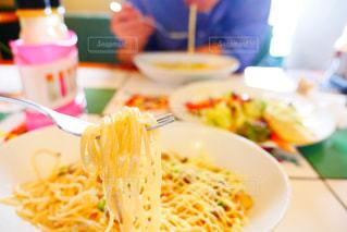 近くのテーブルの上に食べ物のプレートの写真・画像素材[763286]