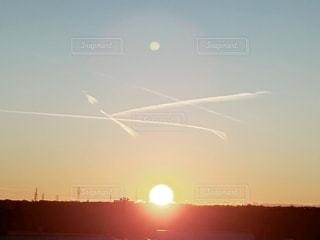 空,夕日,文字,太陽,雲,夕暮れ,光,飛行機雲,大の字