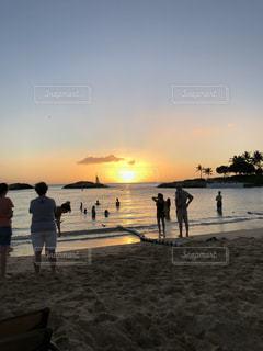 空,屋外,太陽,ビーチ,夕焼け,水面,光,人物,人,ハワイ,ワイキキ,サンセット,クラウド
