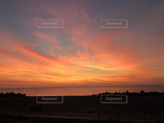 風景,空,太陽,ビーチ,雲,夕焼け,夕暮れ,水面,景色,光,地平線,日の出,くもり,クラウド
