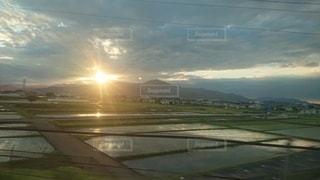 山に沈む夕日の写真・画像素材[2864733]
