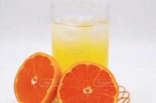 飲み物,インテリア,夏,ジュース,水,黄色,氷,オレンジ,ガラス,爽やか,デザート,フルーツ,果物,断面,おやつ,コップ,休憩,涼しい,食器,グラス,ティータイム,みかん,甘い,健康,甘味,美容,新鮮,ドリンク,ジューシー,オレンジ色,冷たい,ヘルシー,ライフスタイル,オレンジジュース,柑橘,ビタミン,ビタミンC,一休み,美肌,フレッシュ,飲料,柑橘類,蜜柑,ひとやすみ,甘酸っぱい,飲む,切り口,ミカン,酸味,酸っぱい,フルーツジュース,ソフトドリンク,果汁,ソフトド リンク,みかんジュース
