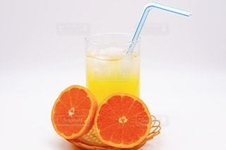 飲み物,インテリア,夏,ジュース,水,黄色,氷,オレンジ,ガラス,爽やか,デザート,フルーツ,果物,おやつ,コップ,休憩,ストロー,涼しい,食器,グラス,ティータイム,みかん,甘い,健康,甘味,美容,新鮮,ドリンク,ジューシー,オレンジ色,冷たい,ヘルシー,ライフスタイル,オレンジジュース,柑橘,ビタミン,ビタミンC,一休み,美肌,フレッシュ,飲料,柑橘類,蜜柑,ひとやすみ,甘酸っぱい,飲む,ミカン,酸味,酸っぱい,フルーツジュース,ソフトドリンク,果汁,ソフトド リンク,みかんジュース