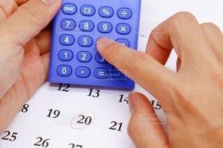 手持ち,オフィス,人物,イベント,カレンダー,ポートレート,暮らし,サラリーマン,仕事,ビジネス,約束,ライフスタイル,時間,電卓,計算,事務,手元,予約,計算機,会社員,ミーティング,会議,貯金,打ち合わせ,節約,経理,投資,ローン,スケジュール,支払い,倹約,日程,予定,家計,家計簿,日付,給料日,締め切り,生活費,給料,返済,カードローン,住宅ローン,給与,予算,税金,借金,締切,積立,NISA,納付,〆切,日給,月給,つみたて,つみたてNISA,積立投資,カーローン,マイカーローン,支払日,積立日,積立設定日,締め日,返済日,引き落とし日,設定日