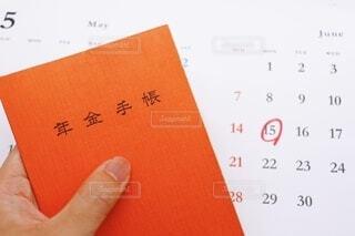 年金手帳とカレンダーの写真・画像素材[3670641]