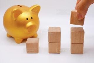 豚の貯金箱と積み木の写真・画像素材[3682049]