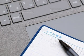 キーボード上の手帳、計画表の写真・画像素材[4003892]