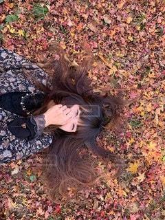 地面に横たわっている人の写真・画像素材[2851225]
