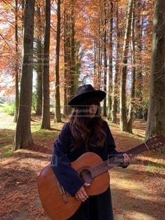ギターを持っている人の写真・画像素材[2851236]