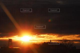自然,空,屋外,太陽,雲,オレンジ,光,朝焼け,地平線,日の出,光芒,初日の出,雲の隙間,sunrise,太陽フォト