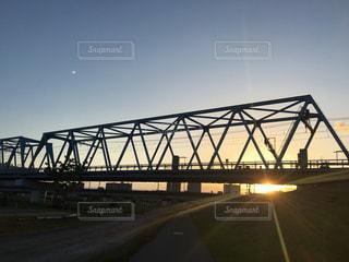 空,太陽,晴れ,晴天,夕焼け,線路,日没,光,鉄橋,光芒,鉄道,快晴,マジックアワー,多摩川,日の入