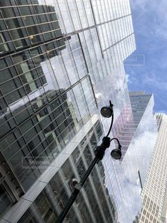 ビルのガラスに写るニューヨークの空の写真・画像素材[2439508]