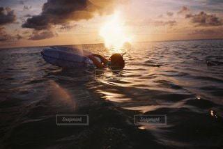 女性,家族,1人,自然,海,空,屋外,太陽,ビーチ,雲,夕暮れ,波,水面,海岸,泳ぐ,光,サンセット