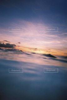 風景,海,空,太陽,ビーチ,青,夕暮れ,波,水面,反射,光,水中,夕陽,サンセット