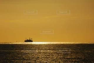 船と夕焼けの写真・画像素材[2868975]