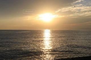 水平線に沈む太陽の写真・画像素材[3397306]