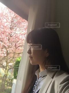 窓の前に立っている人の写真・画像素材[3045533]