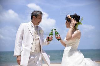 女性,男性,飲み物,風景,海,空,屋外,人物,イベント,結婚,ボトル,グラス,ビール,乾杯,ドリンク,パーティー,バリ島,手元,結婚式ドレス