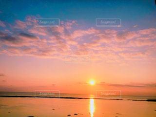 自然,風景,海,空,屋外,ピンク,太陽,ビーチ,雲,青,夕暮れ,水面,海岸,オレンジ,光,地平線,日の出