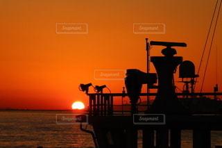風景,空,屋外,太陽,夕焼け,夕暮れ,海辺,船,シルエット,光,明るい,大阪湾,船と夕焼け,船のシルエット