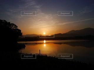 自然,空,湖,太陽,水面,反射,夜明け,光,朝焼け,日の出,明るい,マジックアワー,眩い