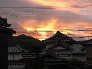 空,屋外,太陽,雲,光,家,朝焼け,茜空,明るい,マジックアワー,茜色,日の出前