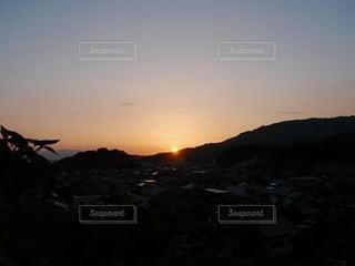 自然,風景,空,太陽,夕焼け,夕暮れ,山,光,紅,茜空,日の入り,マジックアワー,茜色