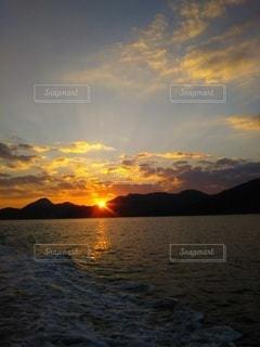 自然,風景,海,空,屋外,太陽,雲,夕暮れ,波,水面,山,光,くもり