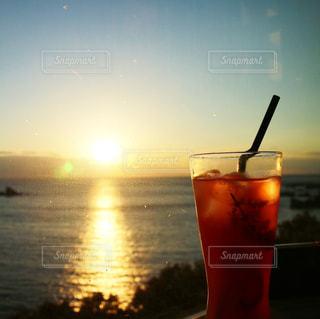 カフェ,空,太陽,ジュース,夕暮れ,氷,光,グラス,夕陽,ドリンク,サンセット,飲料,ソフトド リンク