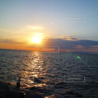 男性,1人,自然,風景,海,空,屋外,太陽,夕暮れ,水面,海岸,釣り人,シルエット,光