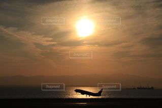 夕暮れの空港の写真・画像素材[2857198]