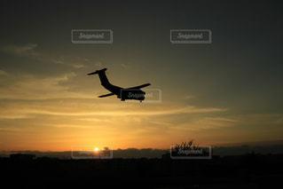 夕暮れの飛行機の写真・画像素材[2875770]