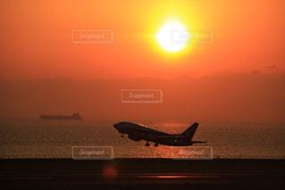 夕暮れの空港の写真・画像素材[2884170]