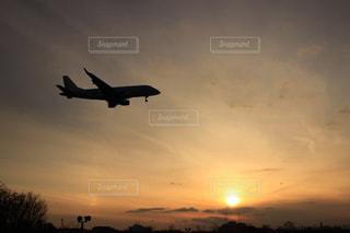 夕暮れの飛行機の写真・画像素材[2885562]