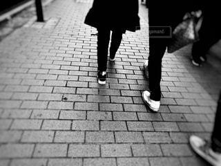 女性,男性,恋人,2人,ファッション,黒,人物,コーディネート,コーデ,ブラック,黒コーデ,黒ファッション,ブラックコート,ブラックスニーカー,ブラックバッグ